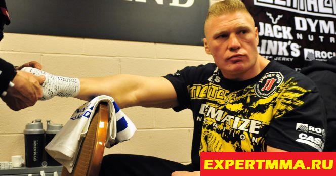 070516_UFC_Brock_Lesnar_Glove.vadapt.664.high.76.jpg
