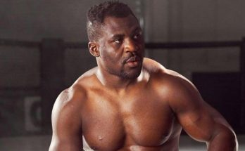 Франсис Нганну ждет Сирила Гана в клетке